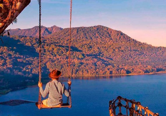 Wanagiri-Village-Balancoire-vue-lac-jungle-Bali-Excursion-Privee